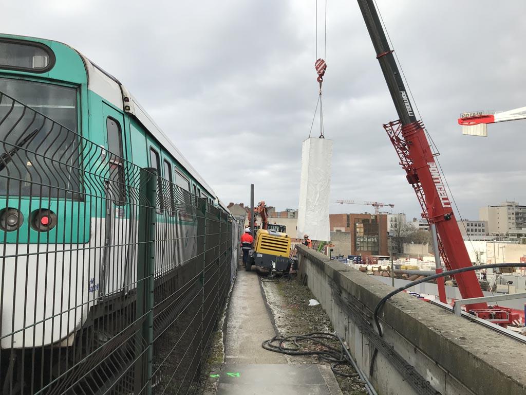 installation d'un écran acoustique sur le chantier de la gare de Cachan - RER B